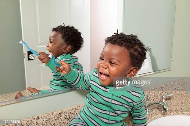 Kleinkind Spaß Bürsten Zähne vor Spiegel