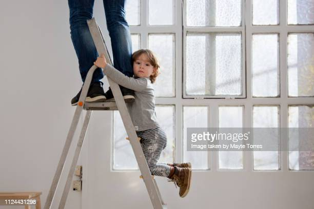 toddler helping dad in the ladder - bricolage humour photos et images de collection
