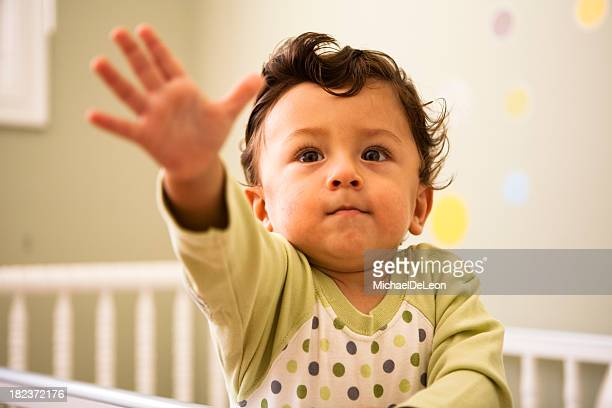 a toddler in a cot, reaching their arm outwards - kin in de hand stock pictures, royalty-free photos & images