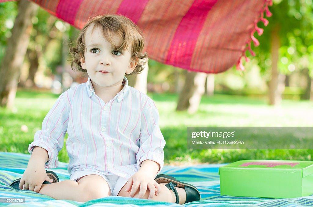 toddler in retiro park : Foto de stock
