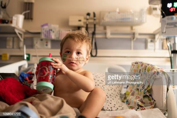 toddler is sick in picu with rsv and has iv and oxygen - equipamento respiratório - fotografias e filmes do acervo