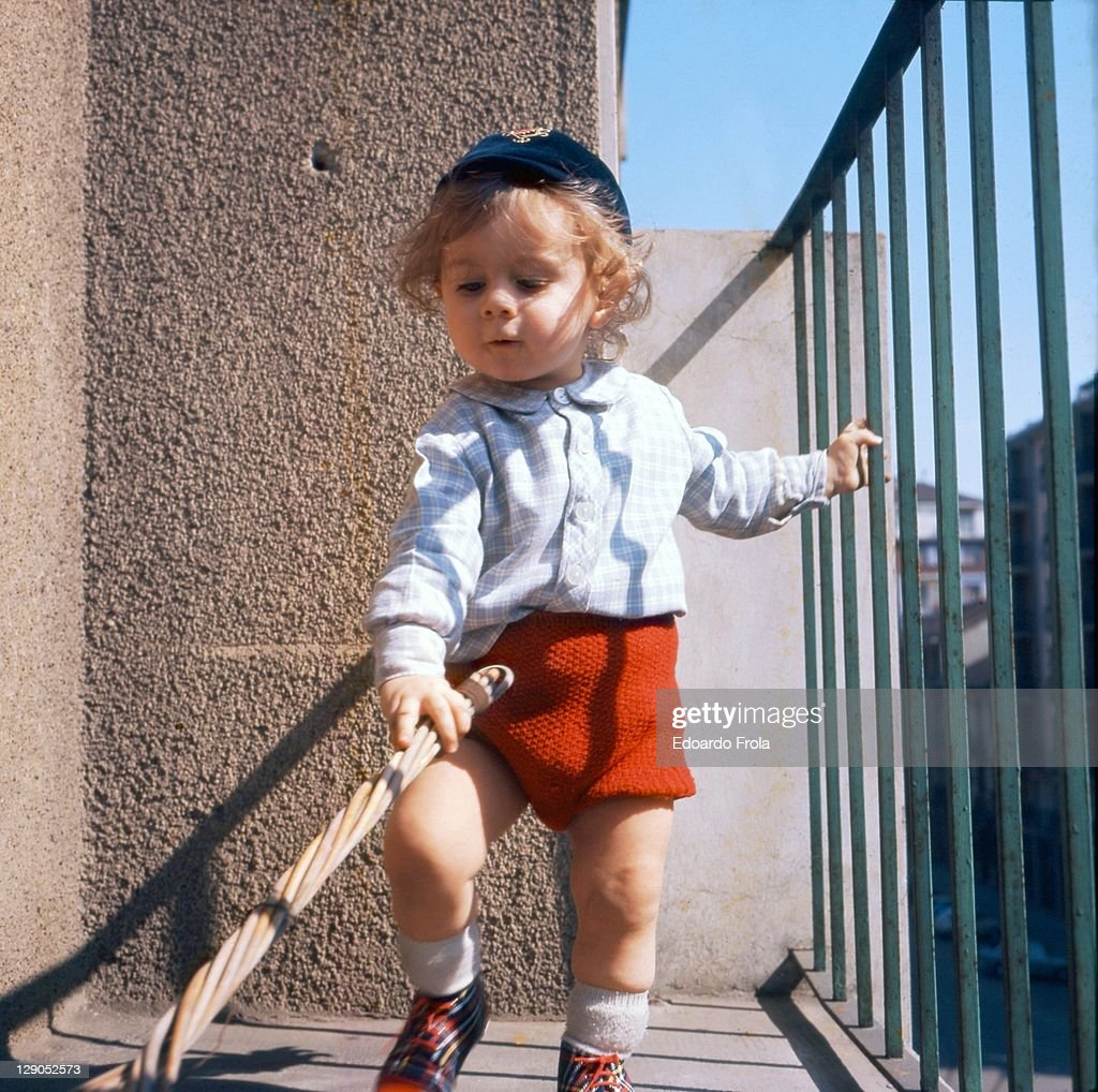 Toddler on balcony : Foto de stock