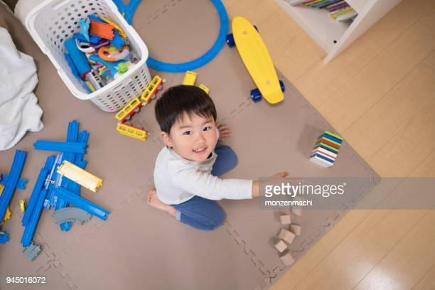 幼児のおもちゃの部屋で遊んで