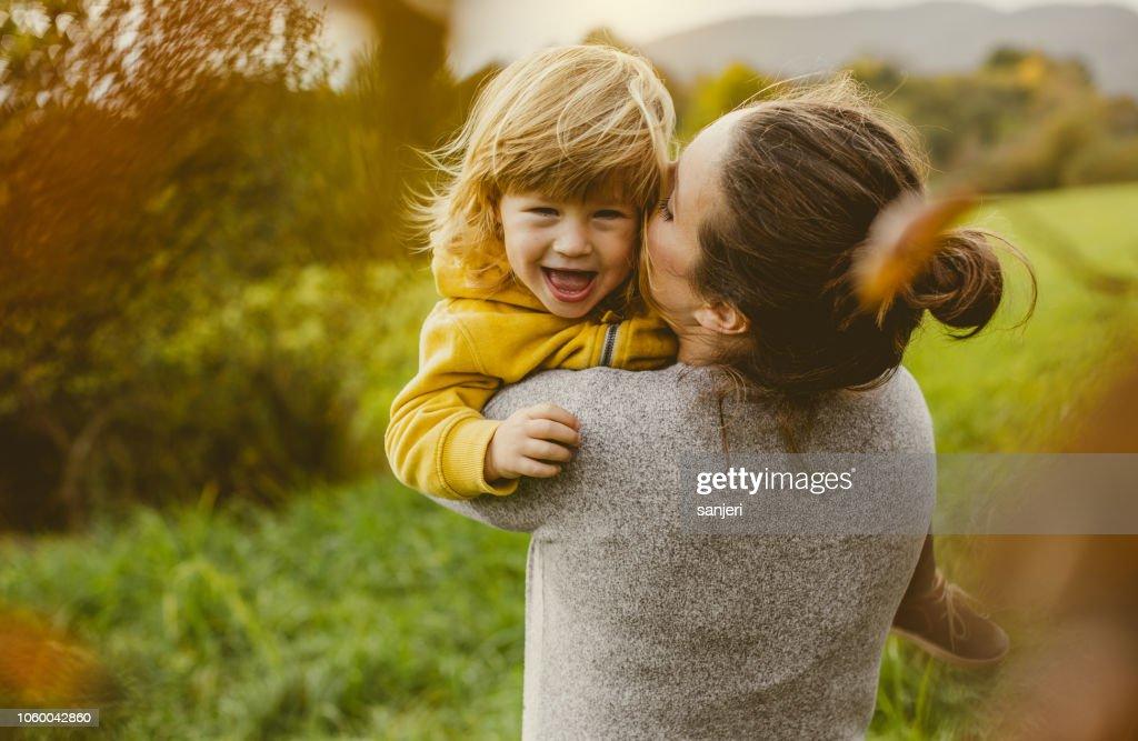 Niño jugando con madre : Foto de stock