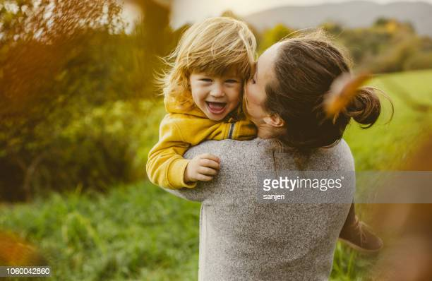 toddler playing with mother - ao ar livre imagens e fotografias de stock