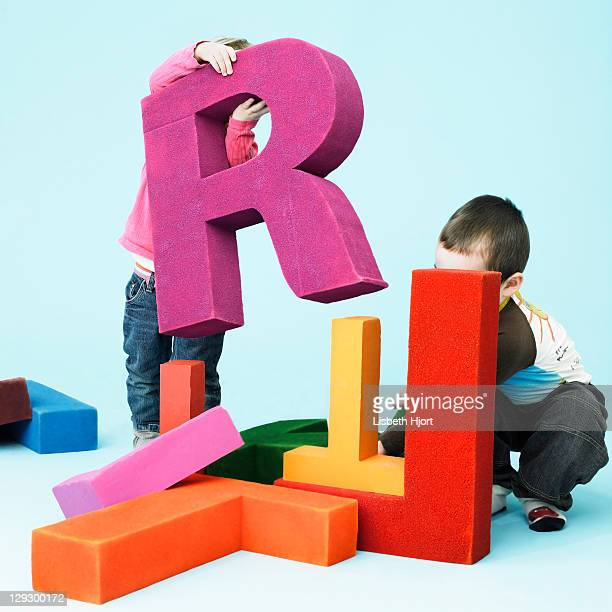 toddlers playing with oversize letters - {{ collectponotification.cta }} 個照片及圖片檔