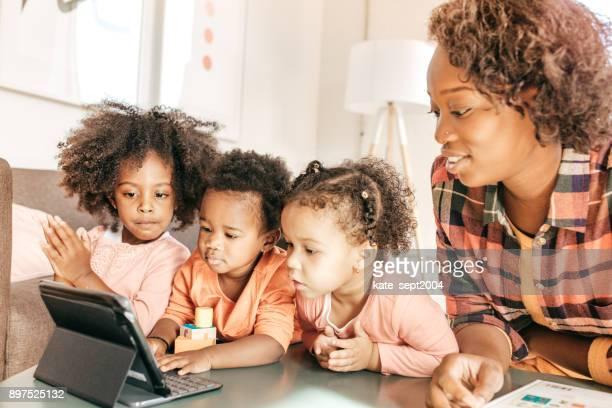 Kleinkinder, die Bildungs-Video ansehen