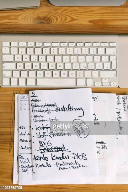 to-do list next to computer keyboard - zusammenstellung stock-fotos und bilder