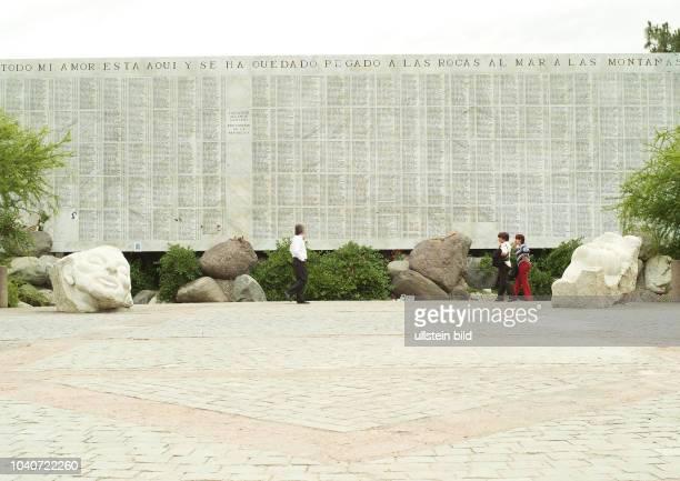 Todo mi amor esta aqui y se ha quedado pegado a las rocas al mar a las montanas Denkmal fuer Opfer des Regimes unter Pinochet am 8 Dezember 2005 in...