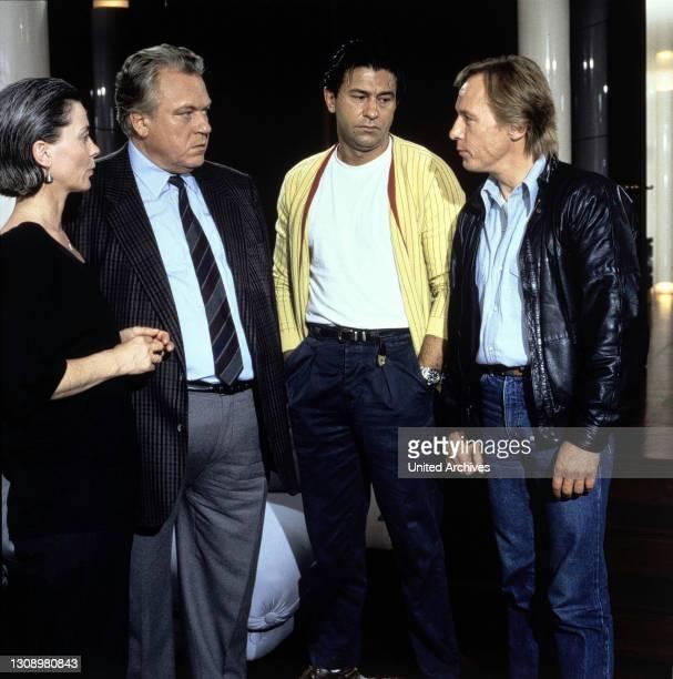 Todsicherer Tip / D 1986 / Dr.Renz und Matula wollen Edgar Wollers Unschuld beweisen. Szene mit KORNELIA BOJE , GÜNTER STRACK , HANNO PÖSCHL und...
