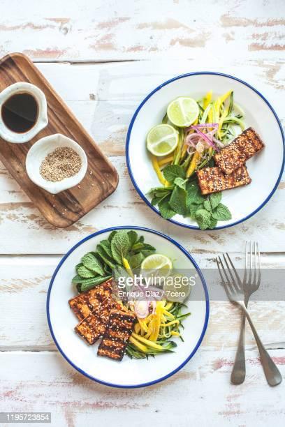 bbq tofu cutlets with mango salad for two - sostituto della carne foto e immagini stock