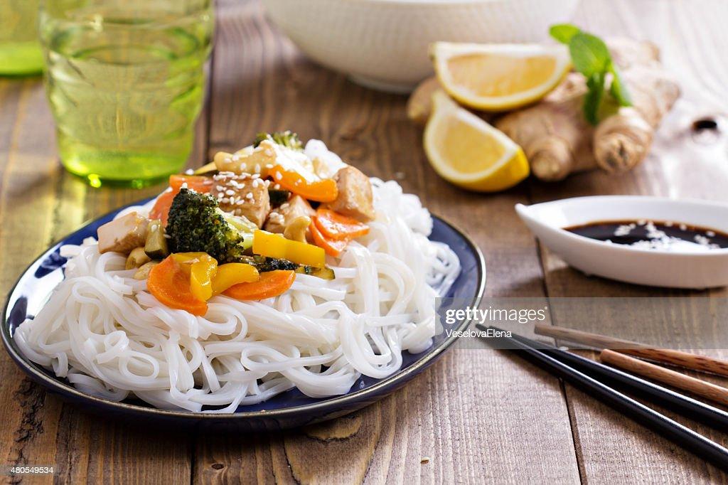 Tofu com legumes de fritar mexa : Foto de stock