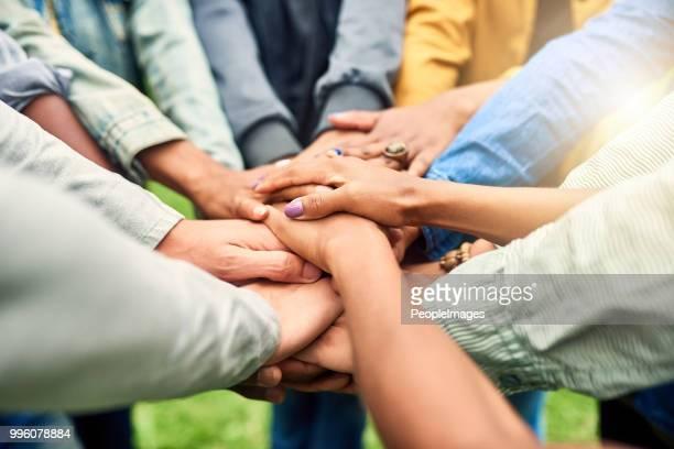 juntos es mejor - manos en el aire fotografías e imágenes de stock