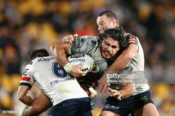 Tohu Harris of the Warriors runs into Luke Keary of the Roosters during the round 10 NRL match between the New Zealand Warriors and the Sydney...
