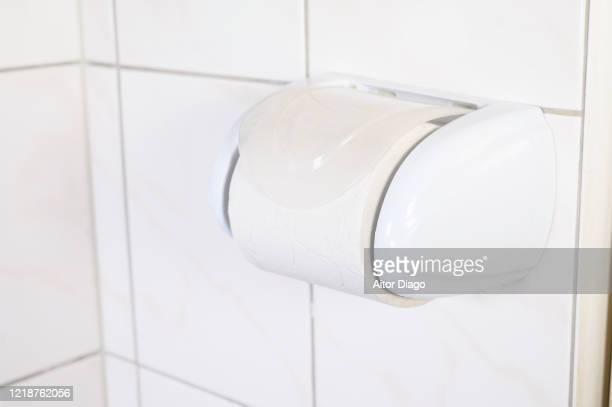 toilet paper in a wc. - hemorroide fotografías e imágenes de stock