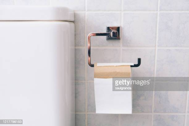 toilet paper roll about to run out - cuvette photos et images de collection