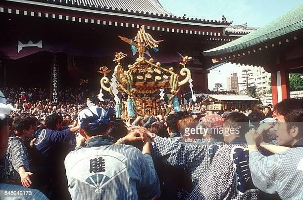 Tokio / Asakusa: Japaner beim trad. Sanja - Fest im Kannon - Tempel - April 2001
