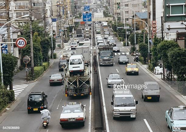 Tokio, Japan: dichter Straßenverkehr auf der Stadtautobahn. .