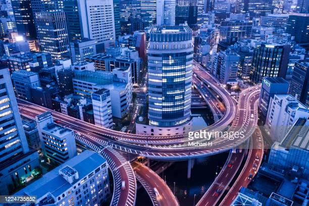 tokyo aerial view of motorway - finanzwirtschaft und industrie stock-fotos und bilder