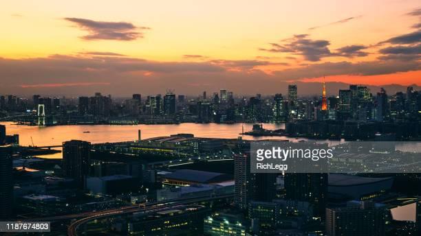 ヘリコプターから夜の東京 - ロマンチックな空 ストックフォトと画像