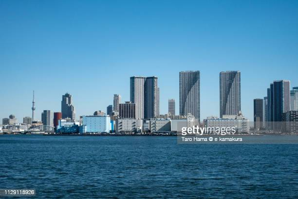 tokyo bay and residential buildings on tsukishima pier and harumi pier in chuo ward of tokyo in japan - ウォーターフロント ストックフォトと画像