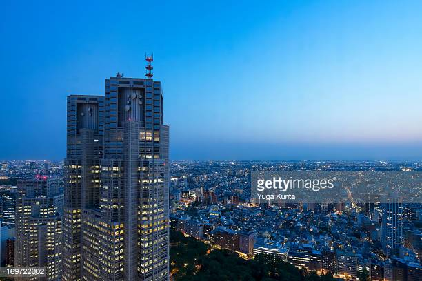 tokyo blue hour - nishi shinjuku stock-fotos und bilder
