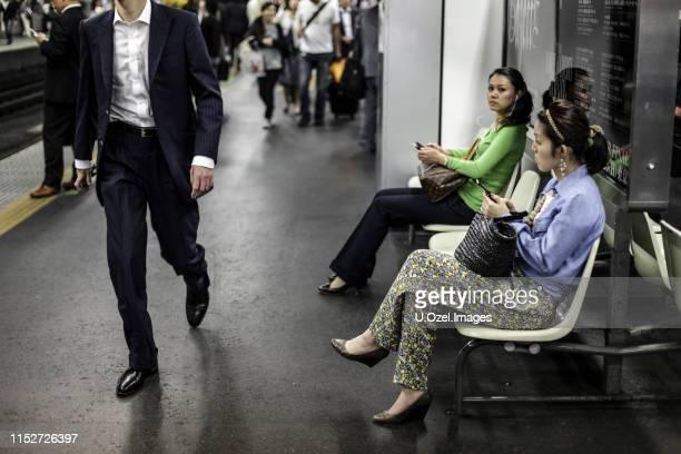 hauptbahnhof tokio - u bahnsteig stock-fotos und bilder