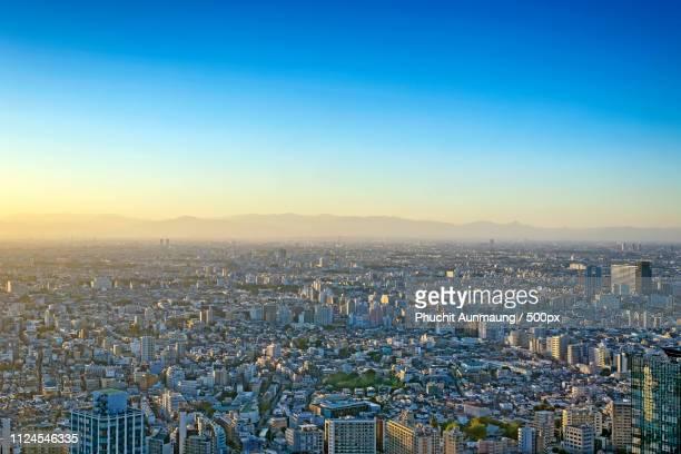 tokyo city in hi-angle scene. - ciel sans nuage photos et images de collection