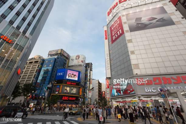 tokyo cityscape in shinjuku, japan - mizuho bank stock pictures, royalty-free photos & images