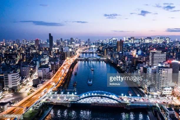 東京の街並の夜景と川を見ることが - 郊外の風景 ストックフォトと画像