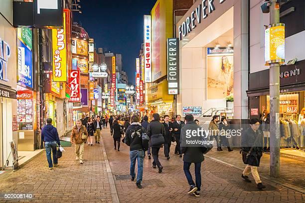 東京の人々の通勤者 pedestrianised ダウンタウンのショッピング街、新宿日本