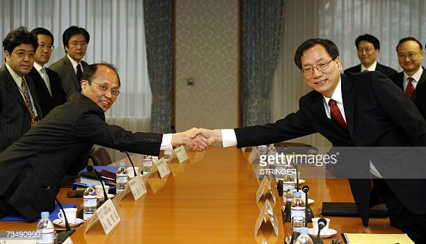 Director General of Japanese Foreign Ministry's International Legal Affairs Bureau, Ichiro Komatsu and his South Korean counterpart Lim Han-taek...