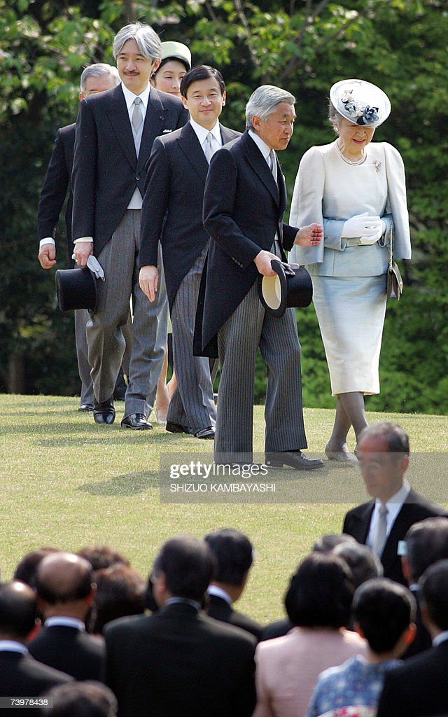 Emperor Akihito, (2nd R), and Empress Mi... : News Photo