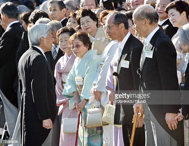 Japanese baseball legend Sadaharu Oh speaks to Japanese Emperor Akihito during the annual autumn garden party in Tokyo 09 November 2006 while Tokyo...