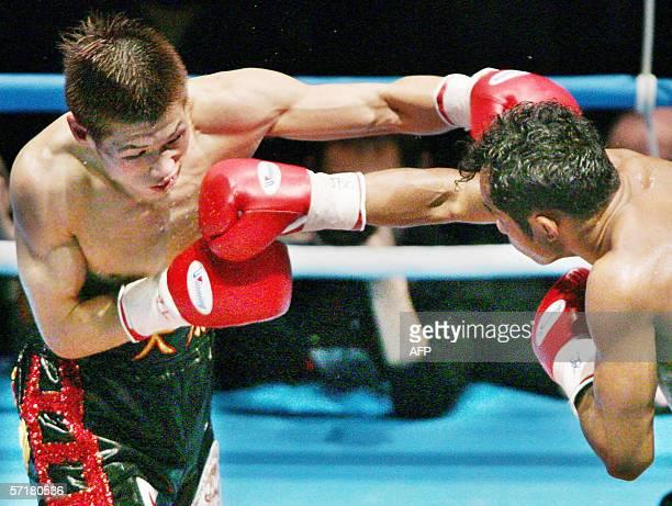 Japanese champion Hozumi Hasegawa and Thai challenger Veeraphol Nakhonluang fight at World Boxing Council bantamweight title match in Kobe, 25 March...