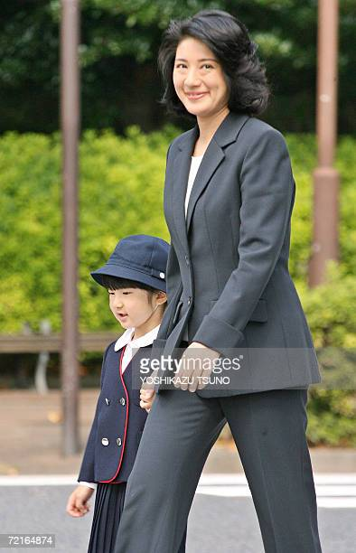 Japanese Crown Princess Masako and her daughter Princess Aiko walk to the Gakushuin elementary school in Tokyo 14 Octoebr 2006 as they visit the...