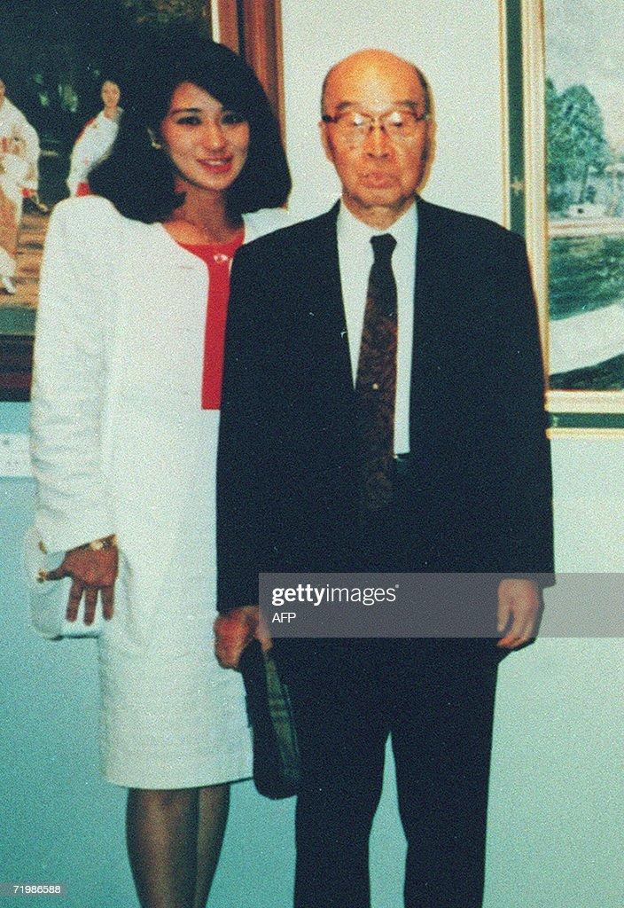 Japanese Crown Princess Masako (L) poses : ニュース写真