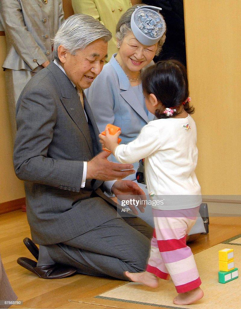 Japanese Emperor Akihito (L) and Empress : News Photo