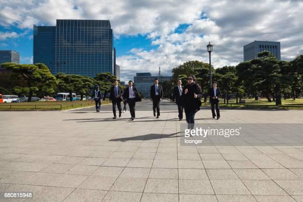 2016 年 11 月 9 日-東京都: 東京都ビジネスの人の交差の道路。