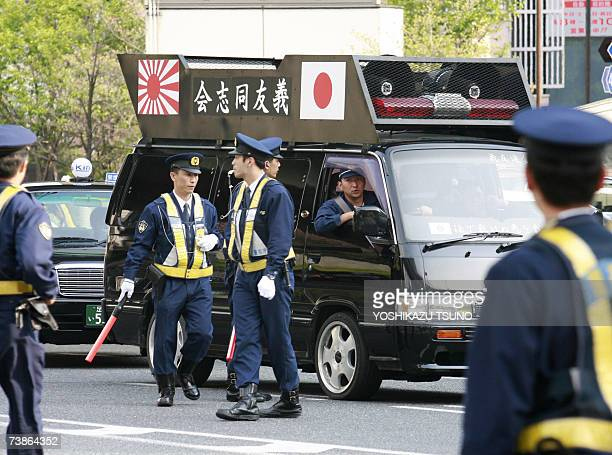 36b4529873 Policemen block a black van driven by right wing activists near the hotel  where Chinese premier