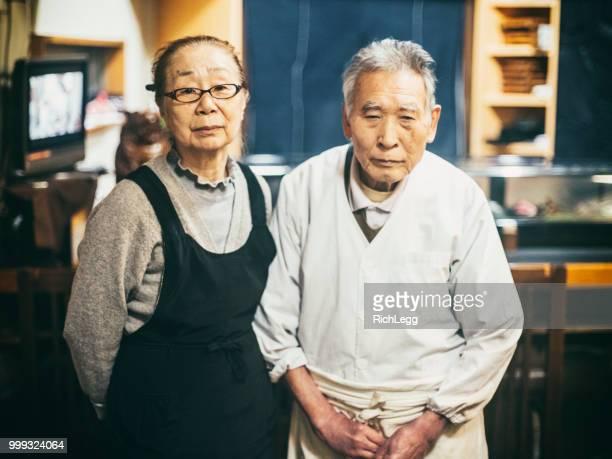 東京日本寿司店のオーナー - 80代 ストックフォトと画像