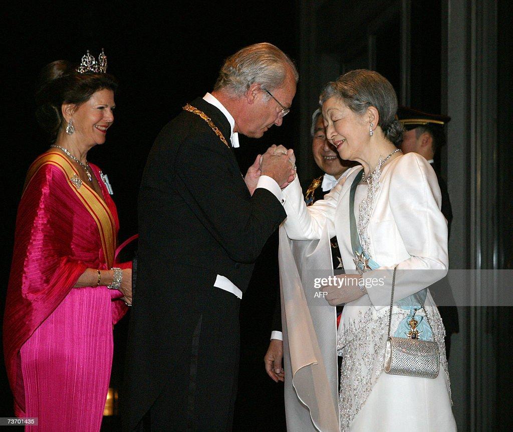 Swedish King Carl XVI Gustaf (C) greets... : News Photo