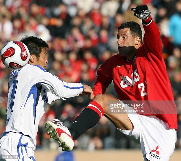 Urawa Reds' Brazilian forward Washington controls the ball before Gamba Osaka defender Akira Kaji during their Super Cup in Tokyo, 24 February 2007....