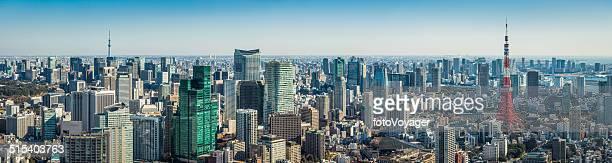 東京のランドマークタワーの街並みのパノラマに広がる東京スカイツリーのダウンタウンにある高層ビルの