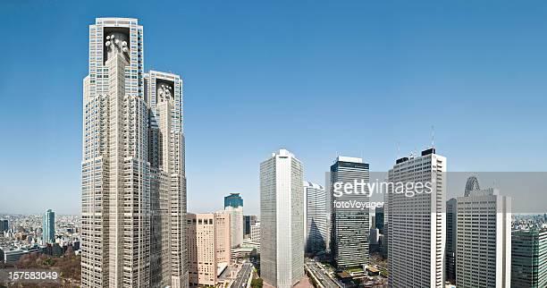東京都庁(新宿のダウンタウンのパノラマに広がる街の高層ビル日本 - 東京都庁舎 ストックフォトと画像