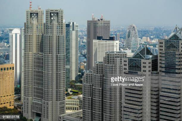 tokyo metropolitan government buildings and shinjuku skyscrapers - 東京都庁舎 ストックフォトと画像
