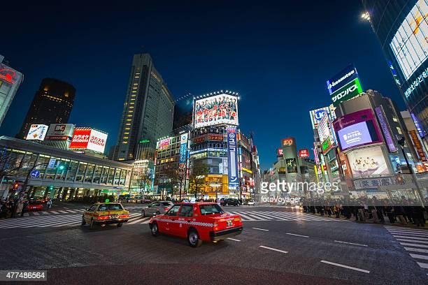 東京の夜のネオン照明タクシーの群衆の人々が日本