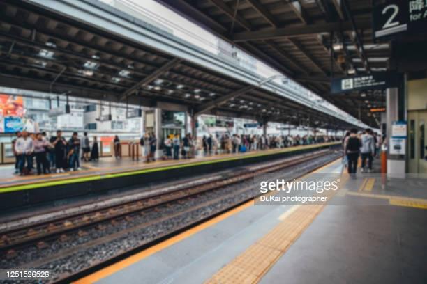 tokyo railway - 地下鉄のプラットホーム ストックフォトと画像