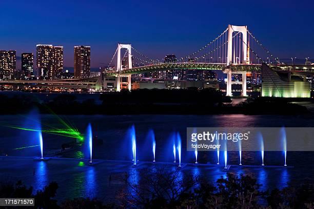東京の高層ビルの夕暮れの輝くレインボーハーバーのお台場日本の噴水 - 湾 ストックフォトと画像