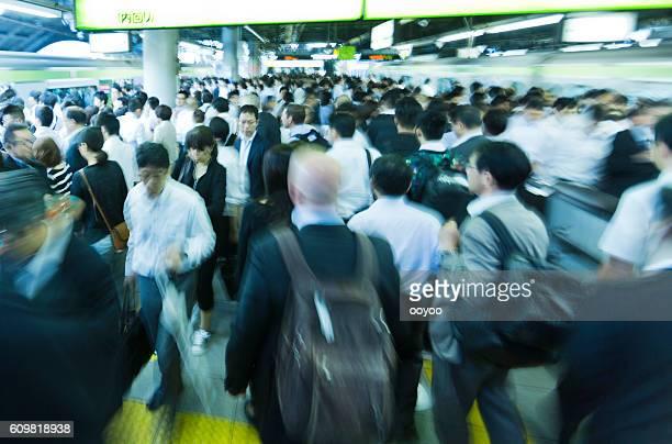 東京のラッシュアワー - 列車 ストックフォトと画像